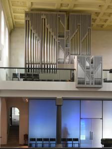 Nüchtern und sachlicher Orgelprospekt Entwurf von Kurt Lifart, 2004 grau bemalt.