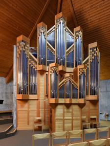 Erfrischender und farblich schön abgestimmter Orgelprospekt