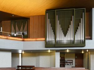schön integrierter, sachlicher Orgelprospekt
